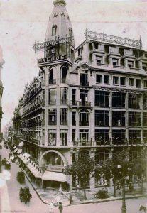 A black and white archival photo of teh 1910 Gath and Chavez annex building which sits at Avenida de Mayo in downtown Buenos Aires.