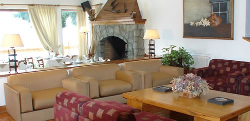 The sunny living room of Hostería del Lago in Bariloche