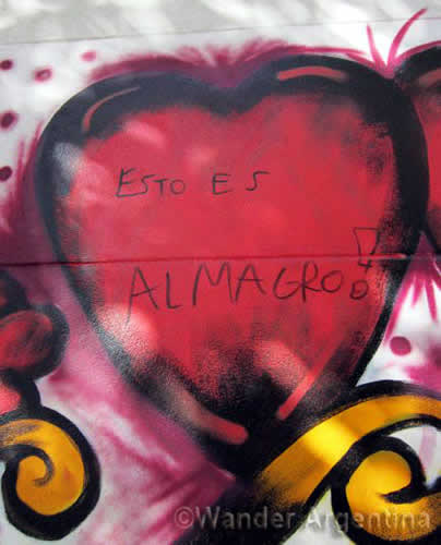 Graffitti of a heart that says 'Esto es Almagro'