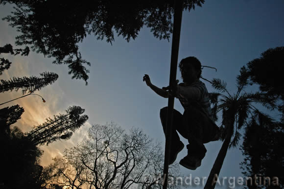 a young person practicing slacklining in Parque Lezama