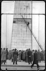 El obelisco during its construction in 1937