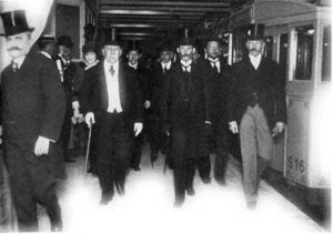 Men in the early 20th century on a Buenos Aires subway platform