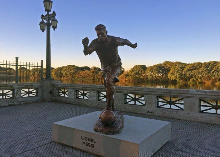 Bronze sculpture of Lionel Messi in Buenos Aires