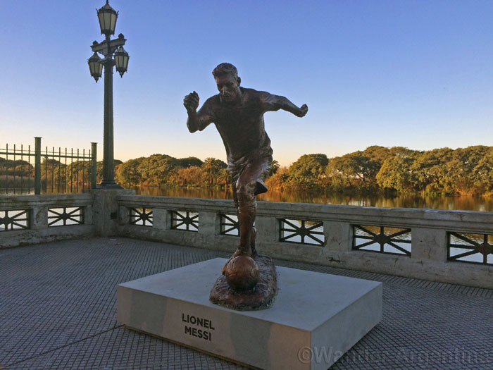 Bronze sculpture of Lionel Messi in Buenos Aires