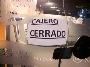 A picture of a sign taped to a bank door that says 'cajero cerrado' ('ATM closed'), which is a common sight at ATM's in Argentina